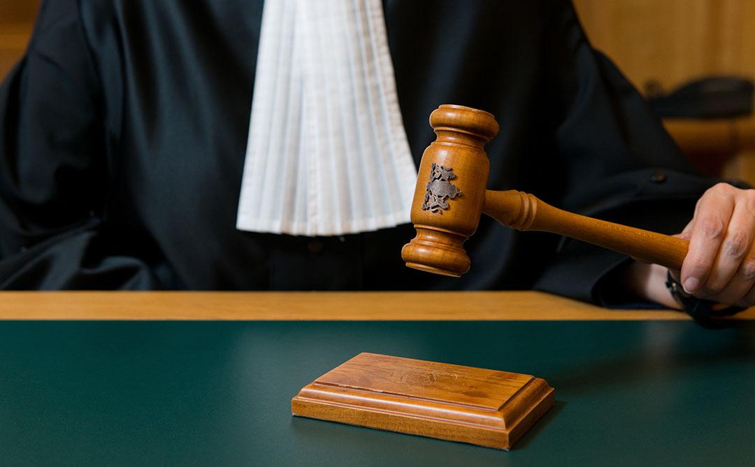 Een rechter slaat met een hamer na de uitspraak van een vonnis. - Foto: ANP XTRA