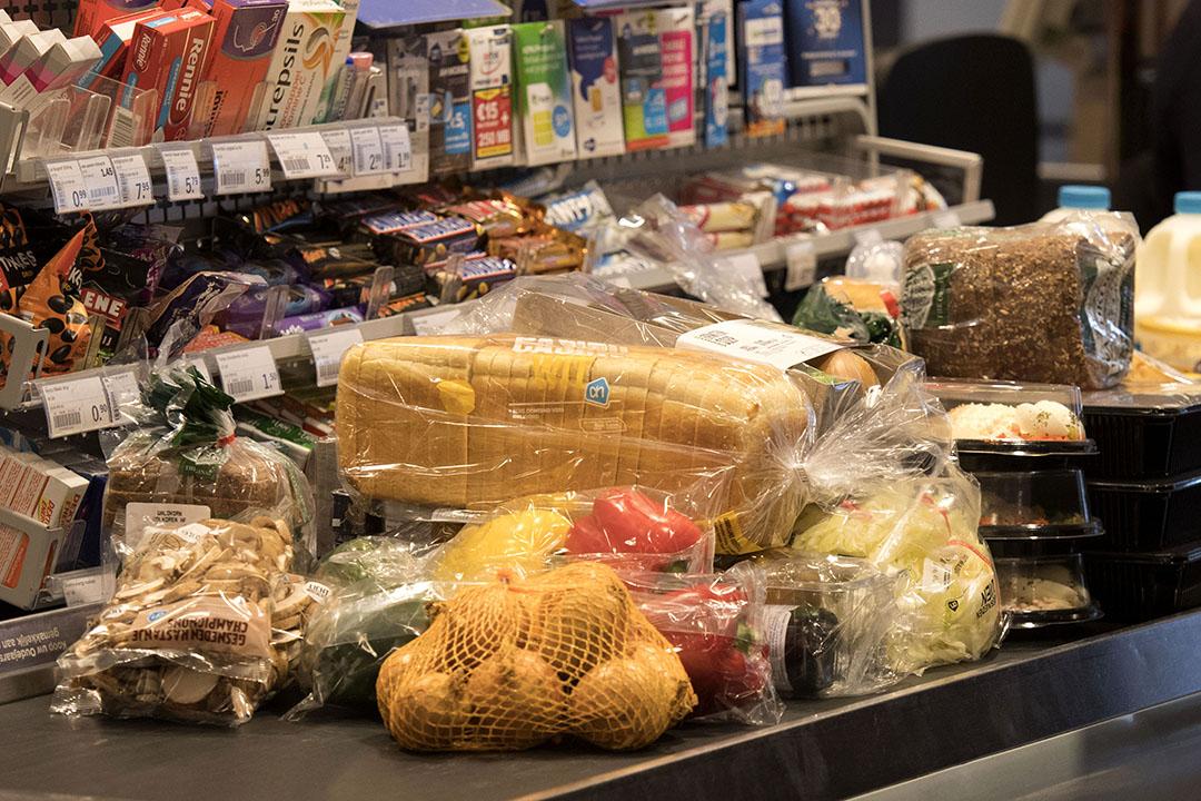 Band bij de kassa van de AH. Het onderzoek richt zich vooral op de sterke toename van grootschaliger combinaties, de toenemende internationalisatie daarvan en de rol van de grootste Europese supermarktbedrijven in die allianties. Foto: ANP