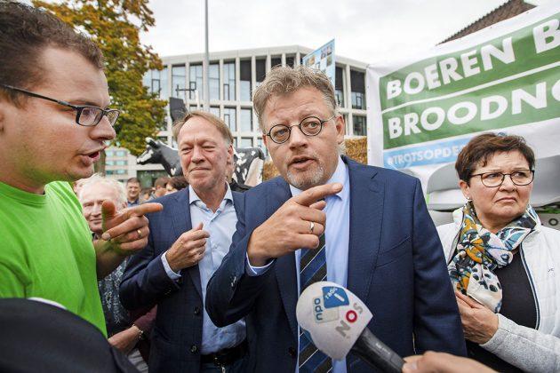 Gelderse landbouwgedeputeerde Peter Drenth (CDA) in gesprek met boeren tijdens een demonstratie bij het provinciehuis van Gelderland op 14 oktober. - Foto: ANP - Foto: Piroschka van de Wouw