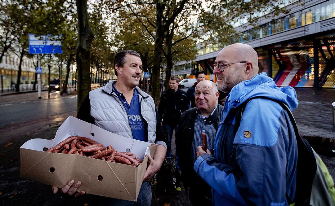 De dag na het boerenprotest op 16 oktober deelden boeren ontbijtjes aan burgers aan. - Foto: ANP - Foto: Robin van Lonkhuijsen