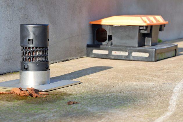 Geurpalen rondom stallen zijn een nieuwe manier om muizen en ratten te weren zonder gebruik van gif. - Foto: Bert Jansen