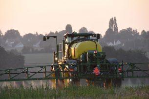 """Een Franse boer spuit een onkruidbestrijder over een akker. - Foto: ANP - Foto: """"Jean-Francois Monier"""""""