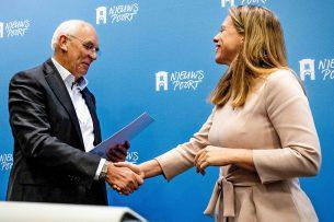 Aalt Dijkhuizen overhandigt minister Schouten het rapport van het Landbouw Collectief. - Foto: ANP -