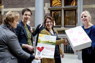 Boerinnen bienden petitie aan in de Tweede Kamer. - Foto: ANP - Foto: Koen van Weel