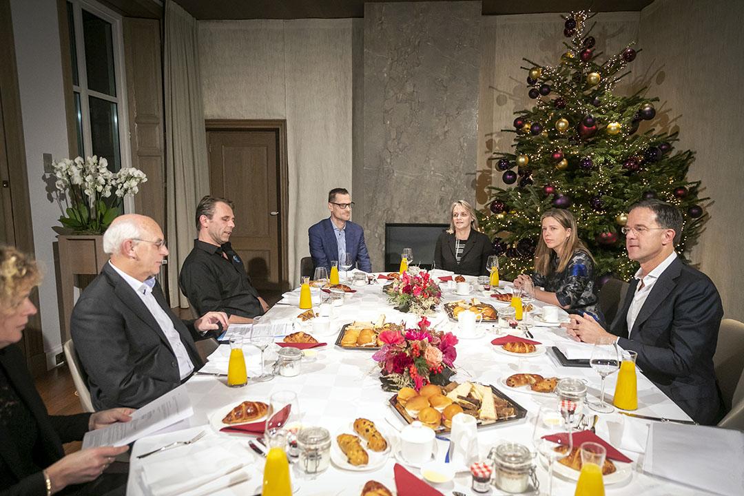 Aan tafel (vlnr): Trienke Elshof (LTO) - Aalt Dijkhuizen (onafhankelijk voorzitter Landbouw Collectief) - Jeroen van Maanen (Farmers Defence Force) - Hugo van Kasteel (ministerie van LNV) - Marjolijn Sonnema (ministerie van LNV)