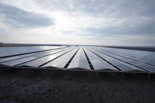 Een zonnepark. Voorlopig worden in Friesland geen zonneparken meer op landbouwgrond gebouwd. - Foto: Hans Banus