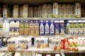 Het melkschap in een Nederlandse supermarkt met Arla- en Campina-producten. - Foto: Hans Prinsen