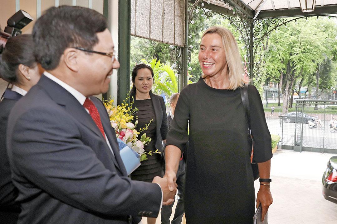 Vietnamese minister van buitenlandse zaken Pham Binh Minh (links) schudt Federica Mogherini (rechts), vice-president van de Europese Commissie, de hand. - Foto: ANP