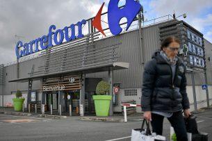 Klant verlaat een Carrefour-supermarkt in Frankrijk. - Foto: AFP