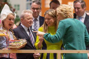 Landbouwminister Carola Schouten met haar Duitse collega Julia Klöckner op de Nederlandse stand op de Grüne Woche in Berlijn. - Foto: EPA