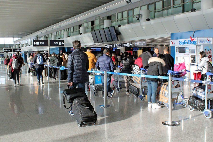 Medewerkers van verschillende bedrijven mogen vanwege het coronavirus niet meer van en naar China vliegen, vanuit en naar alle andere landen. - Foto: ANP