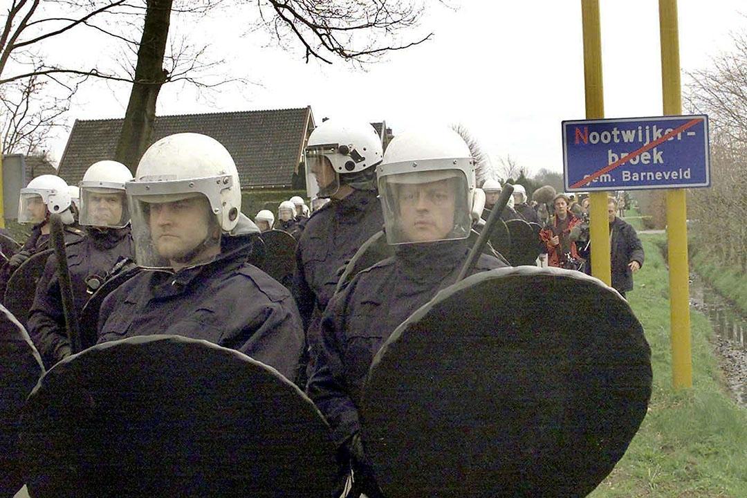 2001: ME'ers staan klaar in Kootwijkerbroek om door een blokkade te breken. Boze medestanders van door MKZ-getroffen boeren willen ruimingen van vee verhinderen. - Foto: ANP -