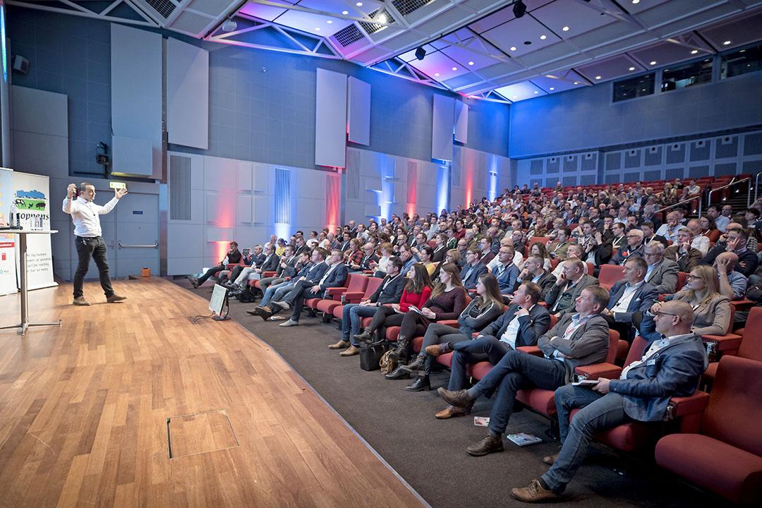 Hoofdspreker Jeroen Dewulf deelt zijn bevindigen op het gebied van bioveiligheid en economie. - Foto's: Koos Groenewold