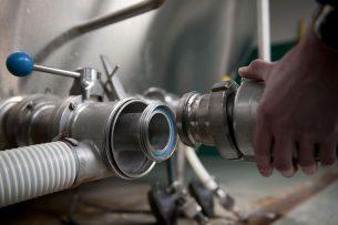 Melk wordt opgehaald bij een melkveehouder. Voor een duidelijk herstel van de melkprijzen is het nog te vroeg, zegt ABN Amro. - Foto: Mark Pasveer