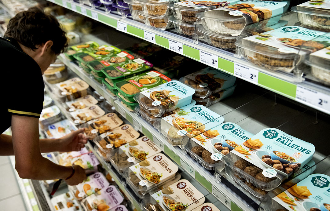 Vleesvervangers in de schappen bij een supermarkt. De verkopen van deze producten wordt steeds populairder. - Foto: ANP