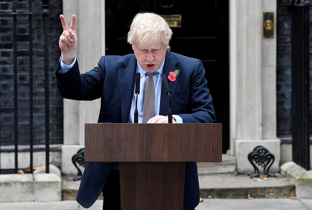 De Britse premier Boris Johnson voor zijn ambtswoning in Londen. - Foto: ANP