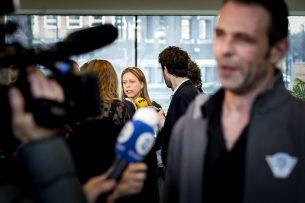 Minister Carola Schouten staat de pers te woord. Op de voorgrond Jeroen van Maanen (Farmers Defence Force). - Foto: ANP