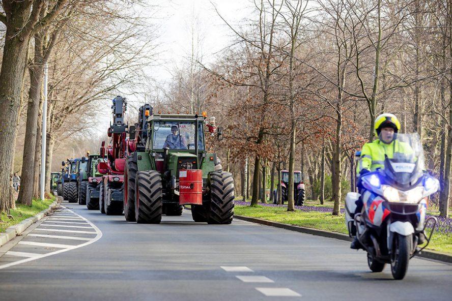 Boeren arriveren in Den Haag onder politiebegeleiding. Boeren zijn bij aankomst begeleid naar diverse parkeerplaatsen in de buurt van de Koekamp, waar het protest plaatsvond. - Foto: ANP
