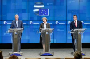EU-onderhandelaar Michel Barnier, de Kroatische staatssecretaris voor Europese Zaken Andreja Metelko Zgombic en vice-voorzitter van de Europese Commissie Maros Sefcovic geven een persconferentie na een bijeenkomst van de Europese Raad in Brusse op 25 Februari 2020. - Foto: ANP