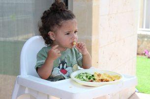 In de veiligheidsmarges op bestrijdingsmiddelen wordt al rekening gehouden met kwetsbare groepen zoals kleine kinderen.  - Foto: Canva/ativalchn/Pixabay
