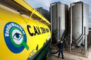 Een vrachtauto van CAV Den Ham lost mengvoer. - Foto: Ronald Hissink