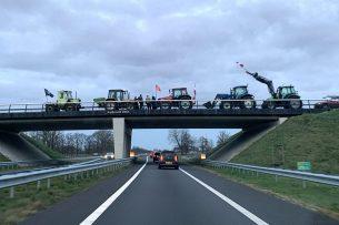 Protesterende boeren op een viaduct boven de N18 in de omgeving van Groenlo (Gld.). - Foto: Martijn ter Horst