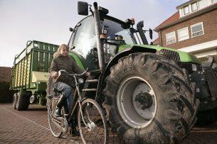De maximum snelheid van landbouwtrekkers gaat met de invoering van de kentekenplicht omhoog van 25 naar 40 km/u. Binnen de bebouwde kom waar geen vrijliggend fietspad is, blijft de snelheid 25 km/u. - Foto: Michel Zoeter