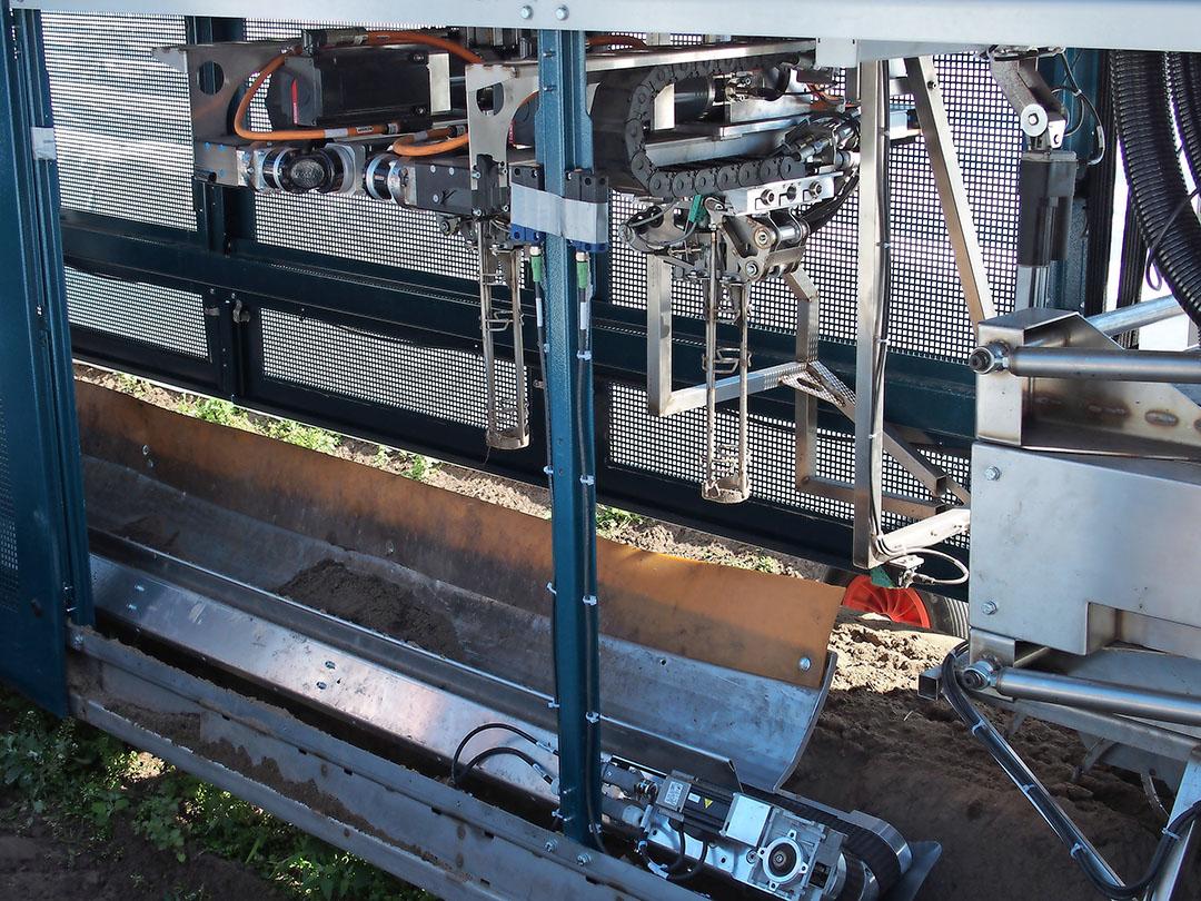 De autonome robot van Cerescon vervangt 25 'handstekers'. - Foto: Stan Verstegen