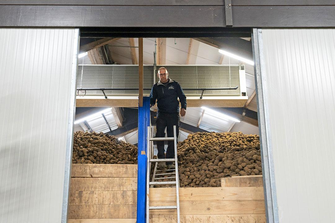 Akkerbouwer Eric Evers is met de mechanische koeling (achter hem) bewaartechnisch klaar voor de toekomst. - Foto: Ruud Ploeg