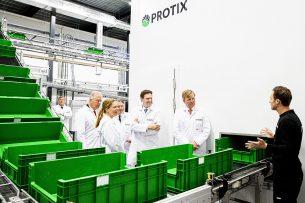 Koning Willem-Alexander kreeg vorig jaar een rondleiding door de nieuwe insectenkwekerij van Protix in Bergen op Zoom. - Foto: ANP