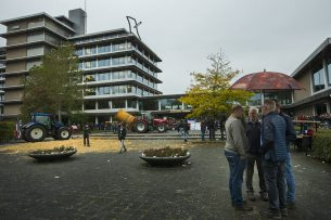 Het provinciehuis van Overijssel. Recent archiefbeeld, waarop ook enkele demostrerende boeren zijn te zien.-  Foto: ANP
