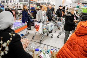 Drukte in een supermarkt in Dordrecht. Door de uitbraak van het coronavirus is de omzet van supermarkten flink hoger dan vorig jaar. - Foto: ANP