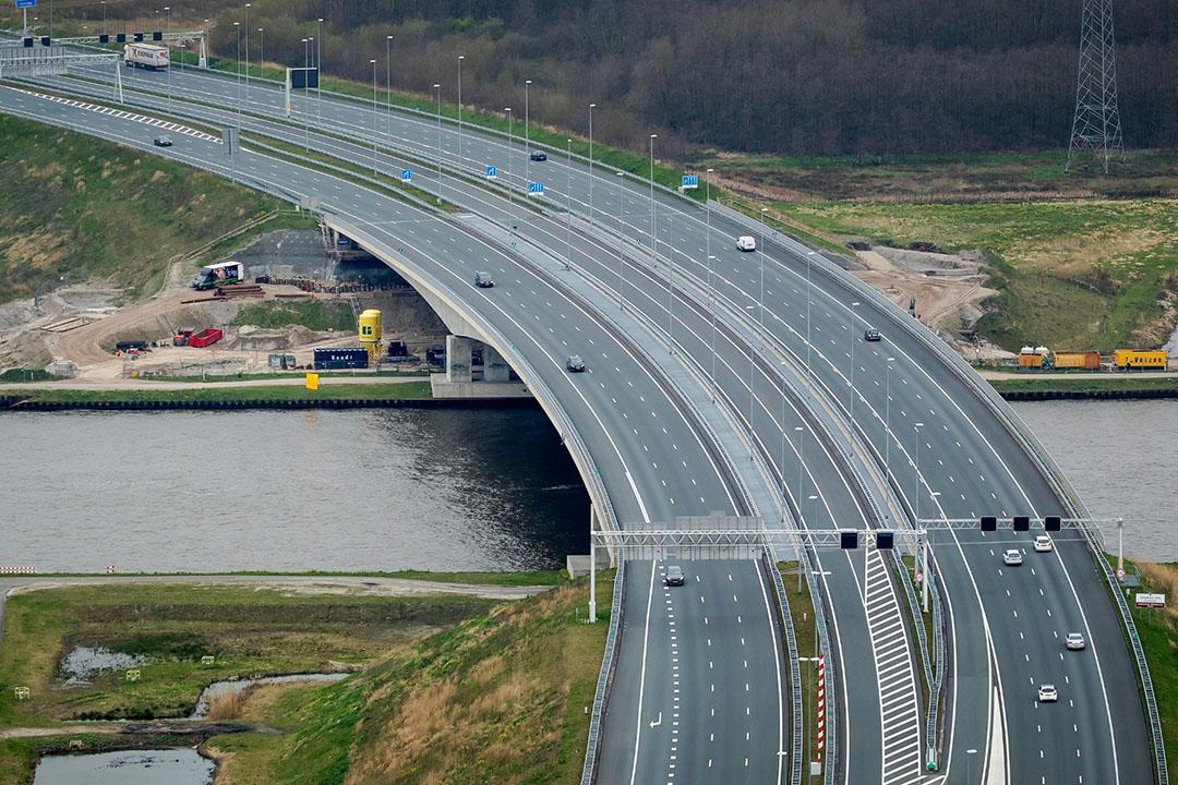 Luchtfoto van de ongewoon rustige snelweg A1 ter hoogte van Muiden. Nederland is stilgevallen door het coronavirus. - Foto: ANP