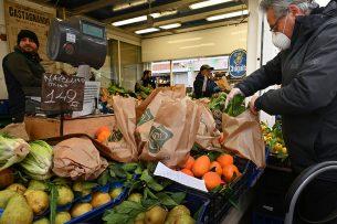 Groente- en fruitkraam op markt in Rome. De vraag naar groente en fruit neemt eerder toe dan af in Italië vanwege het coronavirus. - Foto: ANP