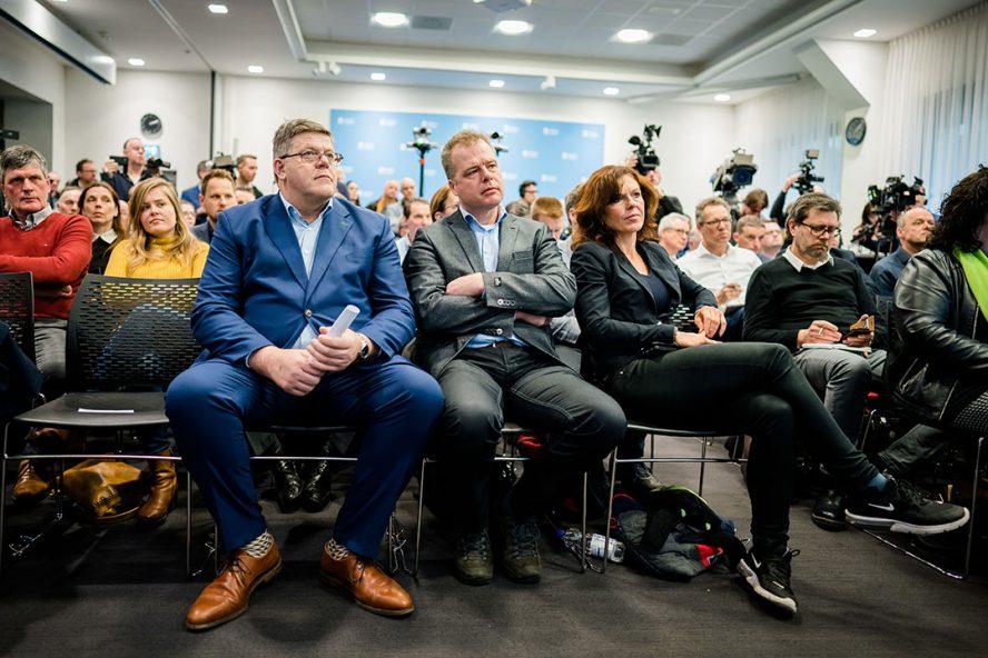 Jan Cees Vogelaar (links) tijdens de presentatie van het onderzoek van Mesdag Zuivelfonds naar de stikstofmodellen van het Rijksinstituut voor Volksgezondheid en Milieu (RIVM). - Foto: ANP
