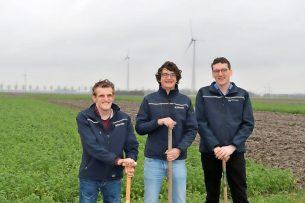 V.l.n.r. Jan Tolhoek, Koen Klompe en Bram Veldhuizen. De dagelijkse leiding op de Boerderij van de Toekomst is in handen van een driemanschap van jonge Wageningen UR-onderzoekers. Het zijn alle drie boerenzonen uit Flevoland met de aandachtsgebieden data, mechanisatie en agronomie. Samen zijn ze op de Boerderij van de Toekomst 'de boer'.
