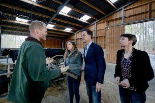 In januari spraken Mark Rutte en Carola Schouten met de Leuvenumse melkveehouders Eefje en Eric Meihuizen over de stikstofproblematiek. - Foto: ANP