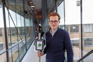 Sven Boogaard van AgroExact wil bij akkerbouwers 3.000 weerpalen plaatsen. De kosten voor een weerpaal zijn voor AgroExact. - Foto: Bert Jansen