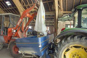 Akkerbouwer vult zijn kunstmeststrooier met KAS uit een big bag. - Foto: Koos van der Spek