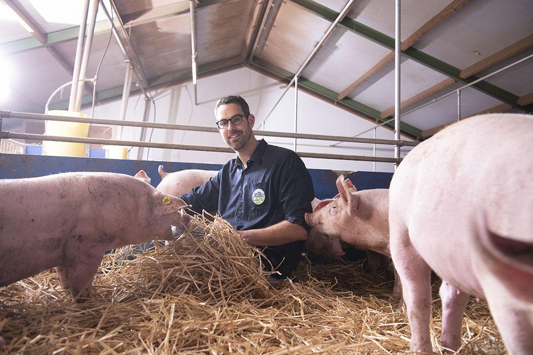 Erik de Rond heeft met zijn vrouw Marleen een bedrijf met 1.600 vleesvarkens in Wijdenes (N.-H.) Ze nemen deel aan het Wroetvarken-collectief. - Foto: Mark Pasveer