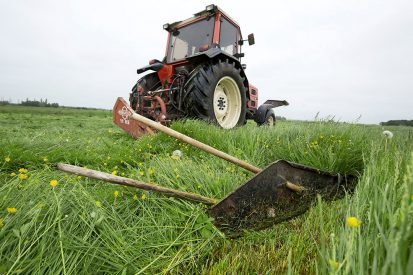 Maaien van kruidenrijk gras van Pure Graze bij een melkveehouder in Friesland. Leveranciers zien de afzet van kruidenrijke grasmengsels toenemen. - Foto: Ruud Ploeg