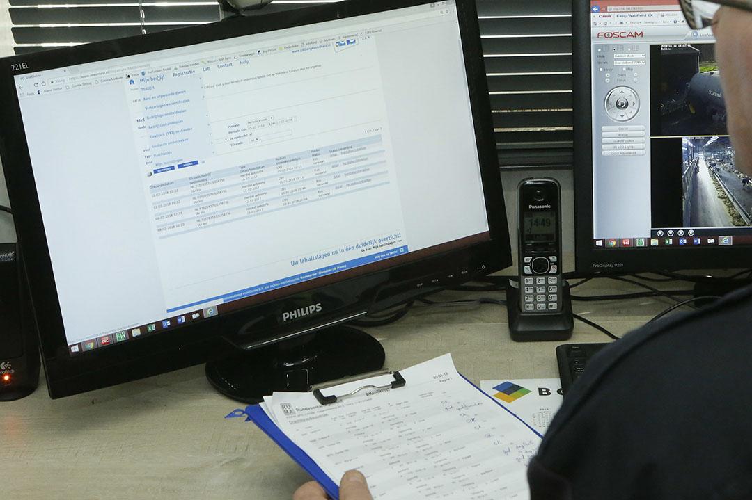 Melkveehouder bekijkt zijn I&R-gegevens op de computer. - Foto: Henk Riswick