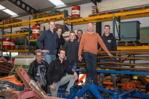 Acht firmanten van bloemkoolbedrijf Slagter uit Lutjebroek. Ton Slager staat tweede van rechts. Archieffoto uit 2019.  - Foto: Peter Roek
