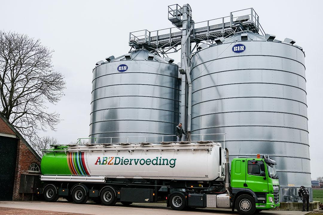 Veevoerbedrijven vragen boeren om voer eerder te bestellen dan normaal in verband met het coronavirus. Sommige voerbedrijven werken met minder personeel. - Foto: Jan Willem van Vliet