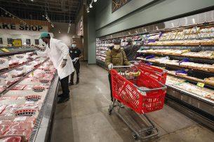 Vleesafdeling in een supermarkt in Chicago. Vooralsnog lijken de tijdelijke sluitingen van de slachterijen nog geen impact te hebben op het aanbod in de Amerikaanse winkels. Foto: ANP