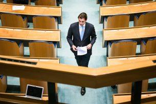 Thierry Baudet (FvD) tijdens een schorsing van een debat in de Tweede Kamer over de ontwikkelingen rondom het coronavirus. Foto: ANP