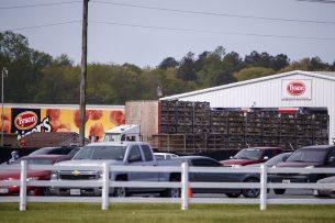 Een truck lost pluimvee bij Tyson Temperanceville Complex in Temperanceville, Virginia. Ook deze pluimveeverwerker sluit tijdelijk om grondig gereinigd te worden in verband met het coronavirus. - Foto: EPA