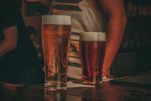 Veel brouwers halen het tankbier dat niet meer verkocht kan worden gratis op bij kroegen en vervangen dit bier als de horeca weer open mag. Foto: Canva