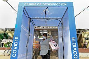 Desinfectiesluizen tegen virusgevaar, zoals deze in Peru, kennen glastuinders maar al te goed. - Foto: ANP