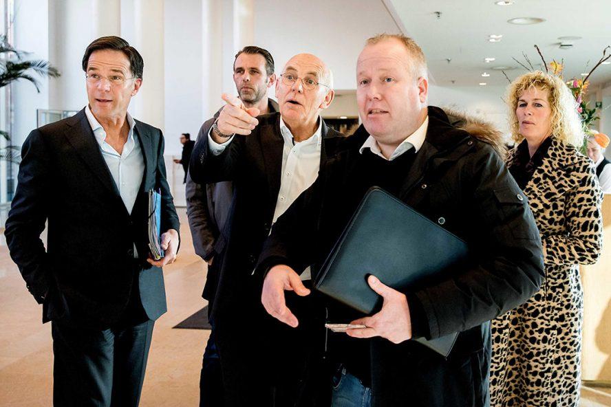 Premier Mark Rutte, Jeroen van Maanen (FDF), Aalt Dijkhuizen (Landbouw Collectief), Lyon Hutten en Trienke Elshof (LTO) op het ministerie voorafgaand aan een een gesprek over het stikstofbeleid in februari. - Foto: ANP